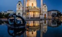 Karlskirche in Wien zur Blauen Stunde Panorama